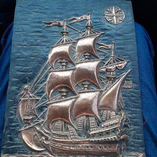 cuadro en relieve color bronce.