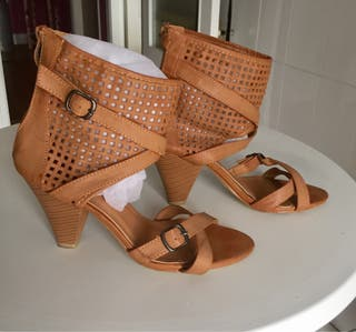 Sandalias marrones de tacón.