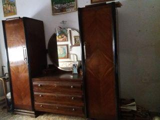 armario con cómoda y espejo