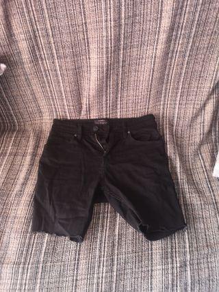 Pantalón corto negro raja PullAndBear