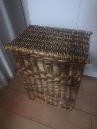 Cesto de mimbre de madera para la ropa