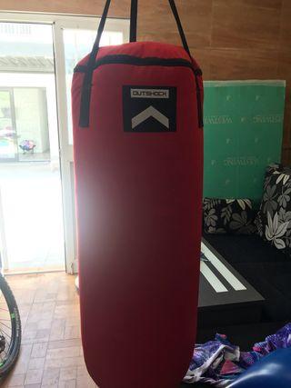 Saco de boxeo con guantes y proteccion