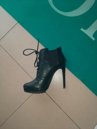 Botines tacón alto color negro