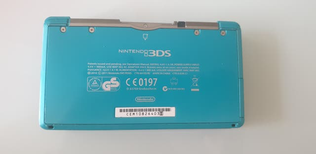 Nintendo 3DS con funda, dos lápices y 10 juegos