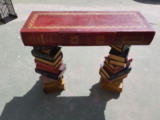Mueble Antiguo - Libros apilados