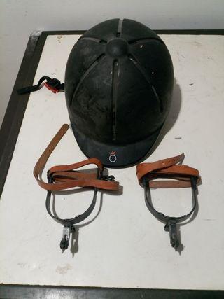 Espuelas y casco equitación.