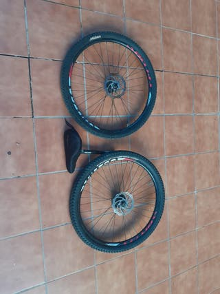 dos ruedas de bici y sillin