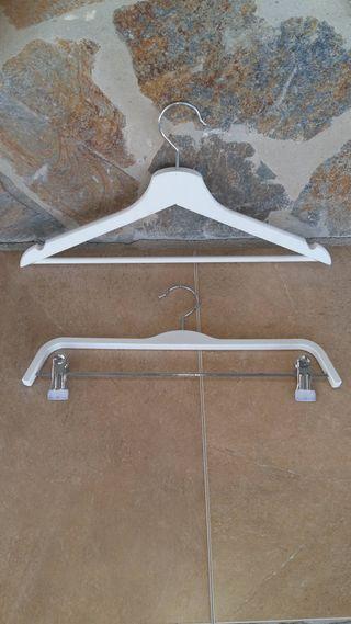 Perchas de madera // Wooden hangers