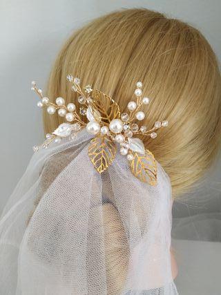 Tocado de novia en color dorado peineta invitada