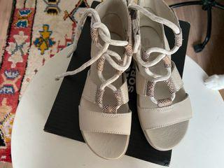 Sandalias nuevas de la marca Sorel.