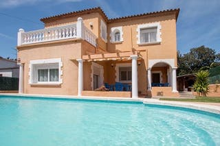 Amplia casa con piscina privada
