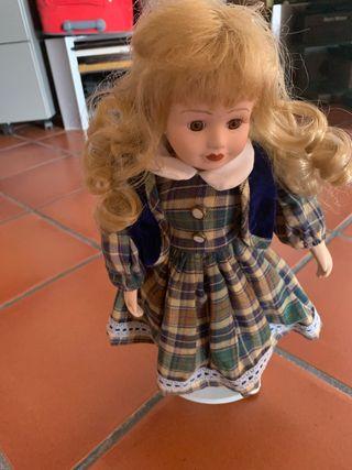 Muñeca antigua , es muy bonita con su bestidito