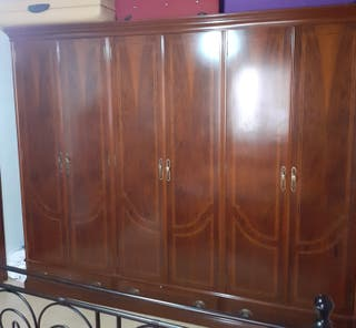 armario de madera y cómoda con espejo