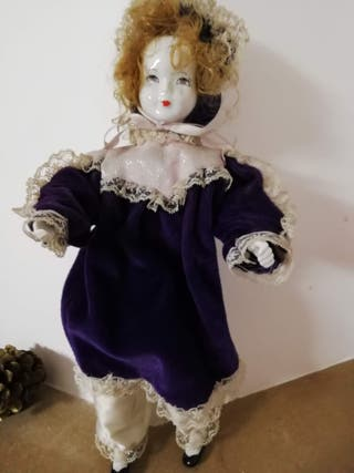 Muñeca vestida de epoca de porcelana
