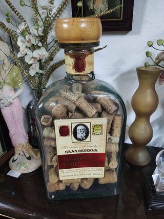 Botella con corchos de vino