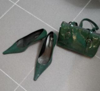 zapato Farrutx, salon charol verde y bolso a juego