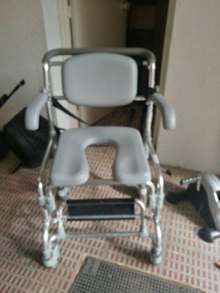 silla de ruedas de wc y ducha.
