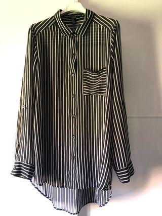Blusa de rayas negras y blancas