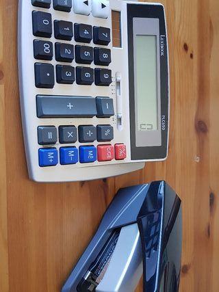 Calculadora y grapadora