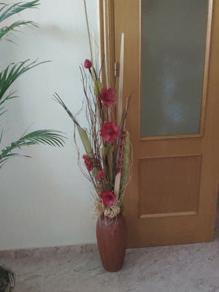 jarrón con cañas y flores. 9€