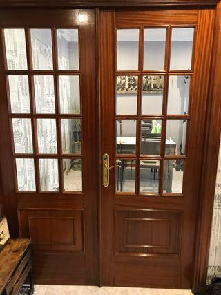 Puerta de madera doble con cristal