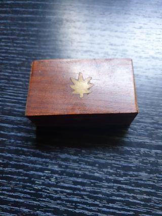 cajita de madera y laton con hoja marqueteria