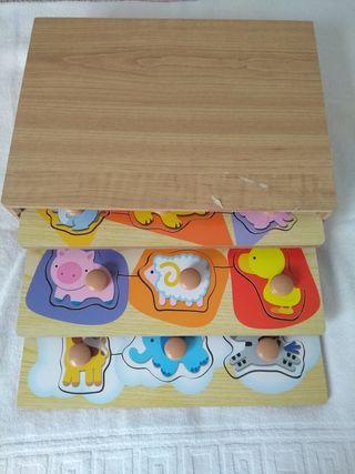 Caja con tres puzzles de madera.