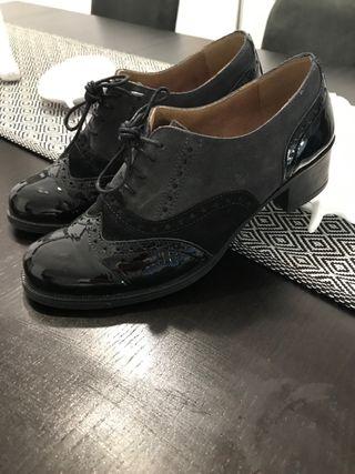 Zapatos de vestir. Cuero.