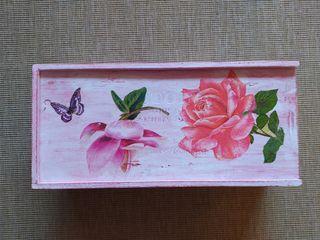 Caja madera decorada.