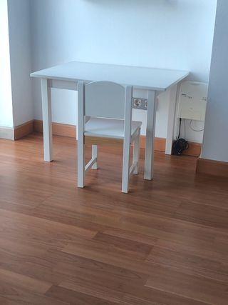 Mesa y sillita blanca
