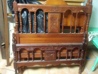 Cama de madera antigua