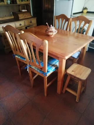 Mesa, cuatro sillas, dos banquetas