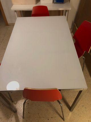 Mesa y sillas comedor.