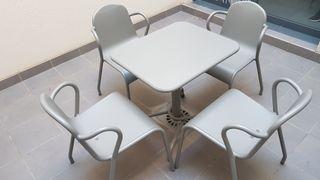 sillas y mesa de terraza