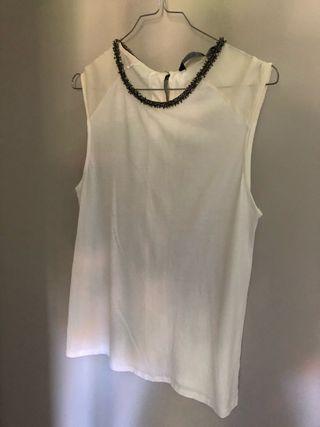 Blusa blanca con piedrecitas en el cuello