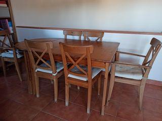 Mesa y 6 sillas comedor de madera con cojines.