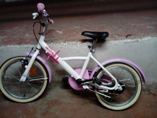 una bicicleta de niña con casco