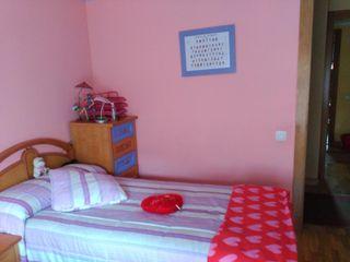 habitación con dos canapés, mesitas, escritorio