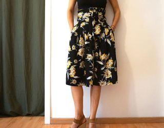 Falda Midi Zara con estampado floral talla XS