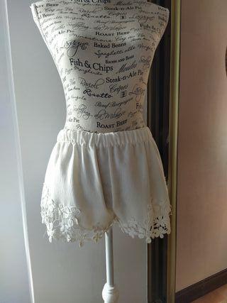 Shorts cortos de Zara, talla 36.