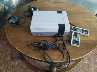 Nintendo NES con dos mandos y cinco juegos