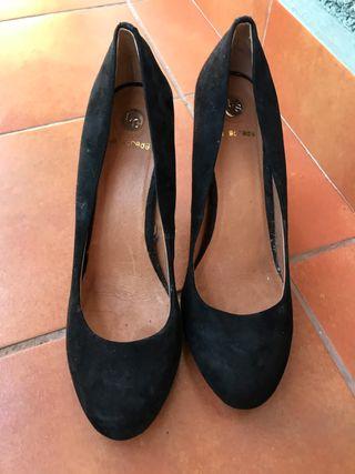 Zapatos de tacón negros en perfecto estado