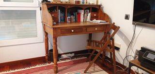 Escritorio con cajoneras y silla plegable