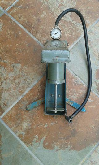 Bomba de pedal con manómetro.