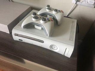 Xbox 360 blanca con dos mandos y pack de juegos