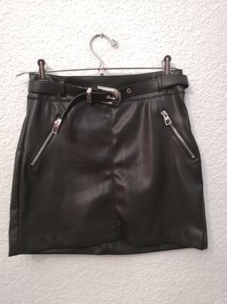 Falda negra de piel