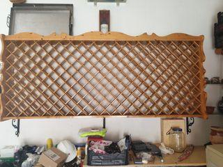 Botellero artesanal, de madera maciza.