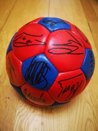 pelota firmada por jugadores del FC Barcelona 87-8