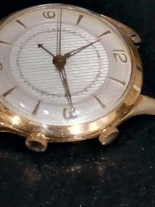 Reloj de pulsera despertador antiguo.