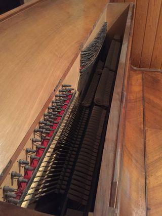 Piano modernista antiguo